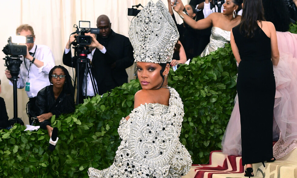 RIHANNA PÅ MET-GALLAEN 2018: Rihanna stjål nok en gang oppmerksomheten på den røde løperen under MET-gallaen. Natt til tirsdag dukket hun opp i et paveinspirert antrekk som tok pusten fra de fleste. Foto: NTB Scanpix