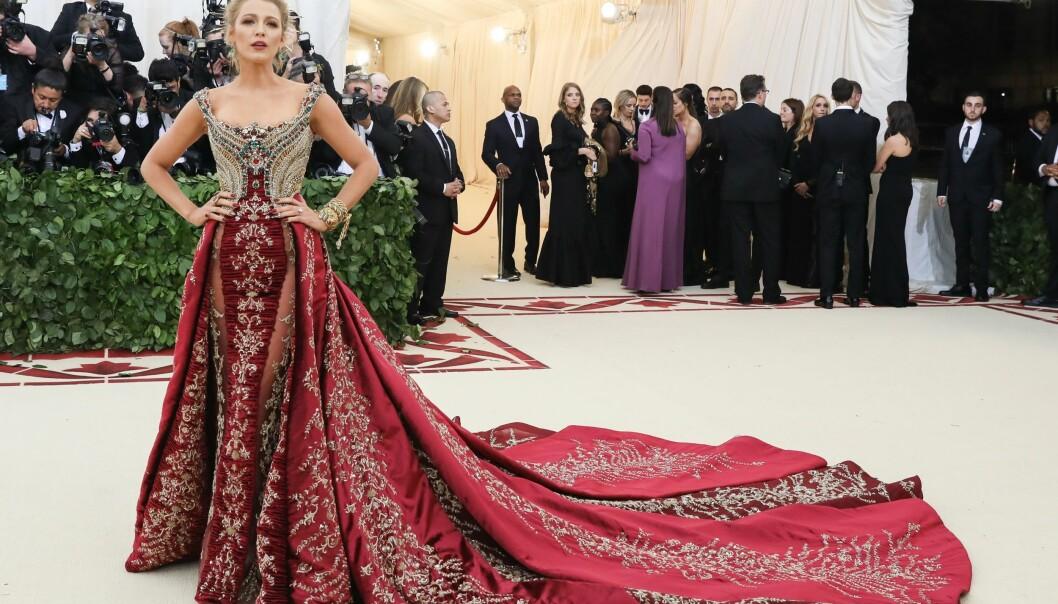 MASSIVT BRODERI: Blake Lively i en kjole fra Versace som ifølge Vogue skal ha tatt over 600 timer å brodere. Foto: NTB Scanpix