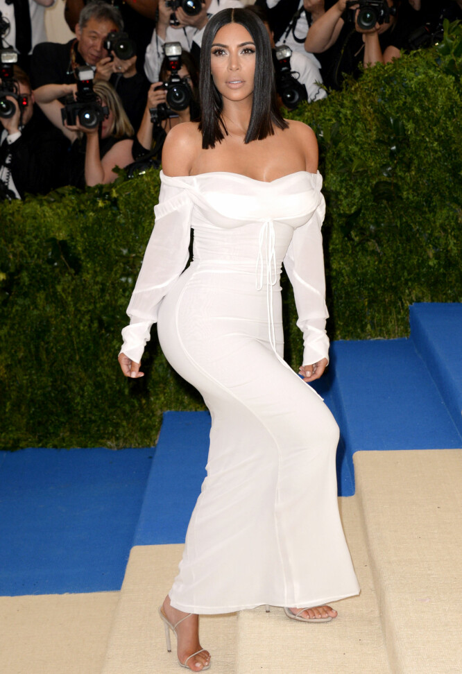 KIM KOM ALENE: Også under Met-gallaen i 2017 stilte Kim Kardashian på rød løper uten ektemannen Kanye West. Foto: NTB scanpix
