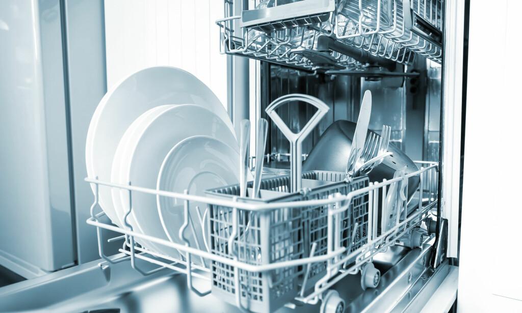 OPPVASKMØTE: De færreste av oss synes det er morsomt å vaske opp. Heldigvis finnes det maskiner som gjør både vaske- og tørkejobben.
