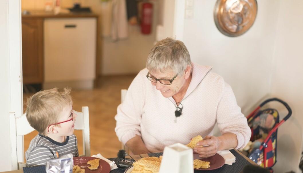 <strong>FAMILIEKONTAKT:</strong> Tone Mikkelsen (68) har hjulpet til frivillig i åtte år hos familier som trenger en ekstra hånd og litt støtte i hverdagen. Se video lenger nede i denne artikkelen. Foto: Anton Ligaarden, Frivillighet Norge