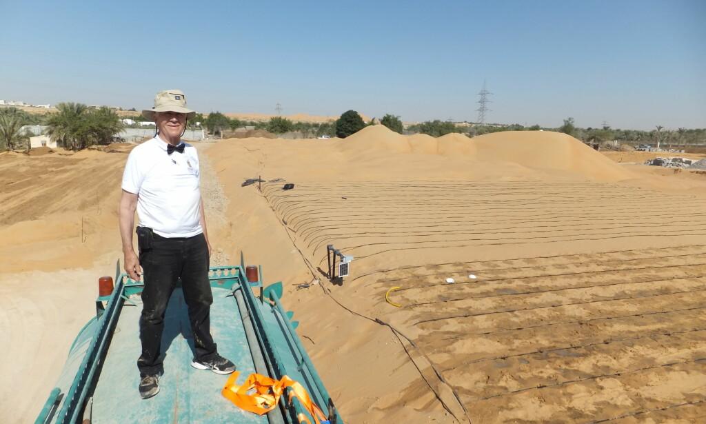 DYRKBAR MARK: Kristian Olesen ved forsøksgården til Desert Control i Dubai. Foto: Desert Control.
