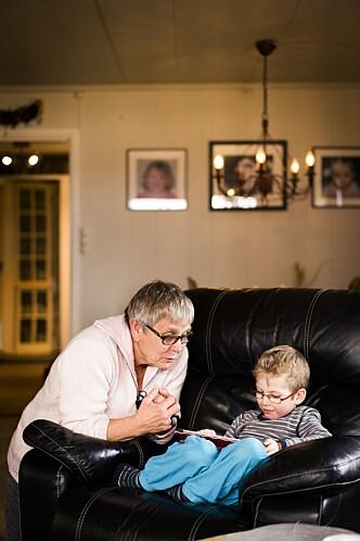 <strong>HJELP:</strong> - Å se at det blir lettere for dem, at det løsner for dem og at ting begynner å fungere i familien, er noe av det beste med å være familiekontakt, sier Tone. Foto: Anton Ligaarden.