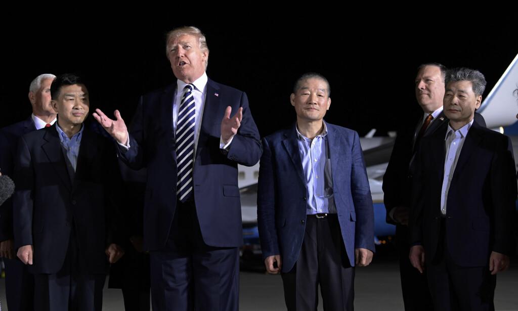 President Donald Trump mottok natt til torsdag Kim Sang-duk (også kalt Tony Kim), Kim Dong-chul og Kim Hak-song, sammen med førstedame Melania Trump. Foto: Susan Walsh / AP / NTB scanpix