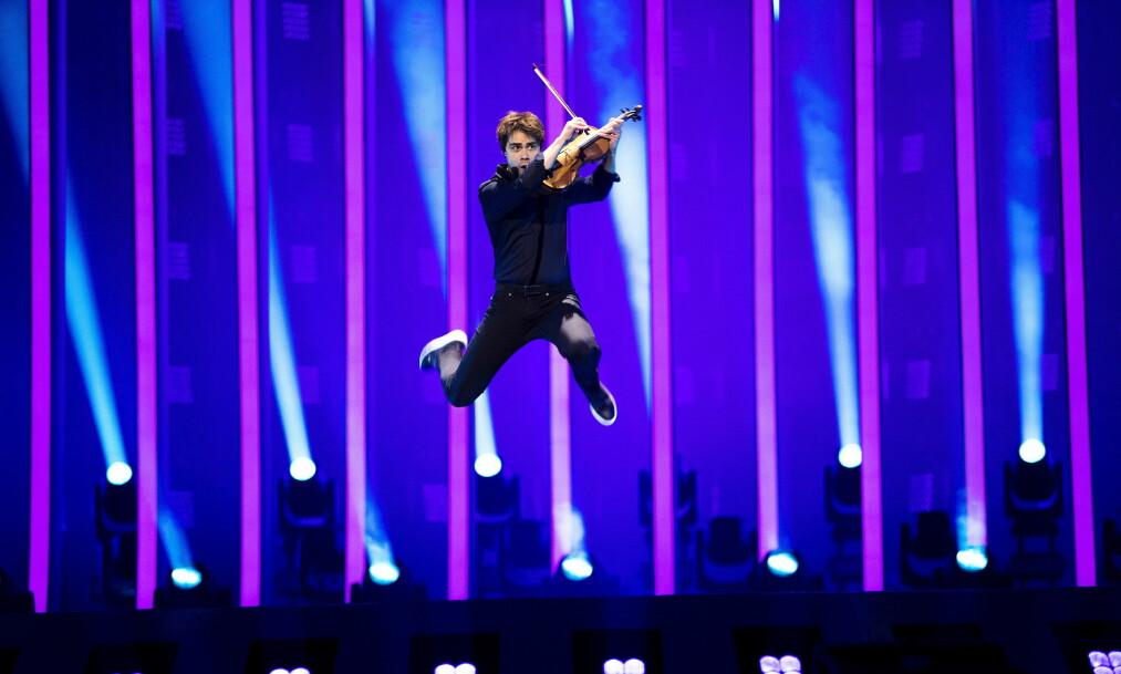ÅPNET SHOWET: Alexander Rybak og danserne hans var første bidrag ut og åpnet showet med et smell. Foto: Henning Lillegård / Dagbladet .