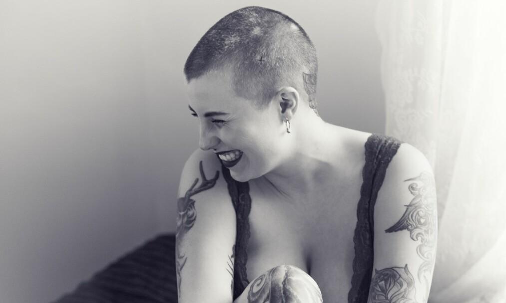 <strong>ALOPECIA:</strong> Store tatoveringer – og et enda større smil. Andrea Richardsen (25) har sin helt egen stil, der de hårløse flekkene som kommer og går på hodet hennes, også får lov til å spille en rolle. FOTO: Astrid Waller
