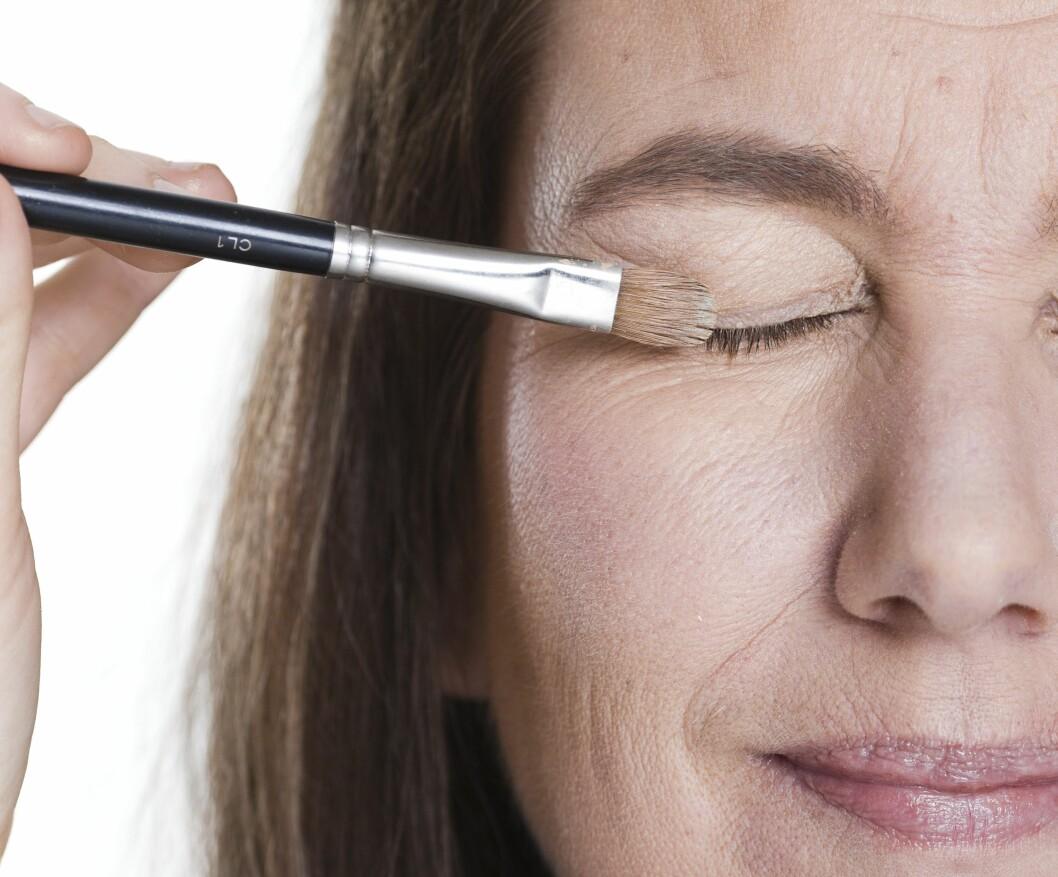 Legg en primer på øyelokket for å få skyggen til å sitte bedre hele dagen.