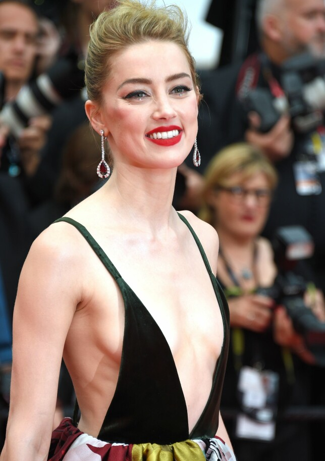 VISTE HUD: Amber Heard smilte strålende på rød løper under «Sorry Angel»-premieren i Cannes torsdag. Foto: Anthony Harvey/REX/Shutterstock/ NTB scanpix