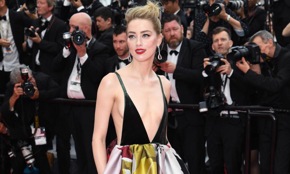 <strong>FÅR KJOLESLAKT:</strong> Amber Heards noe dristige Valentino-kjole på «Sorry Angel»-premieren under filmfestivalen i Cannes, faller ikke i like god jord hos alle. Foto: Doug Peters/EMPICS/ NTB scanpix