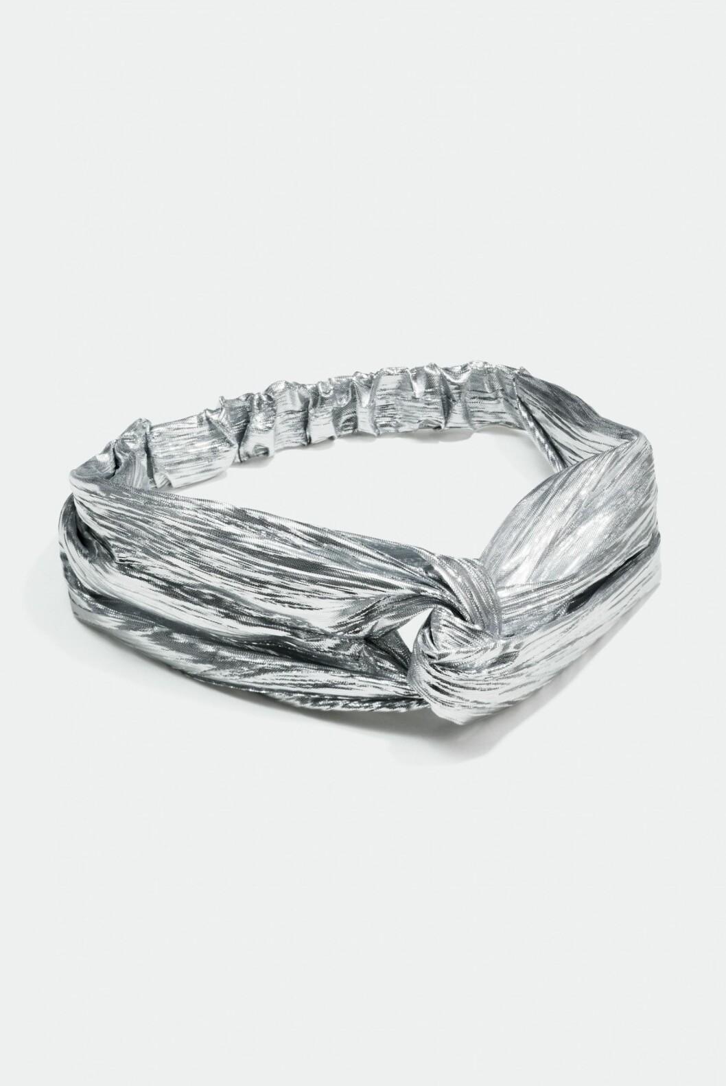 <strong>Hårbånd i sølv fra Glitter |80,-| https:</strong>//www.glitter.no/harband-solvaktig