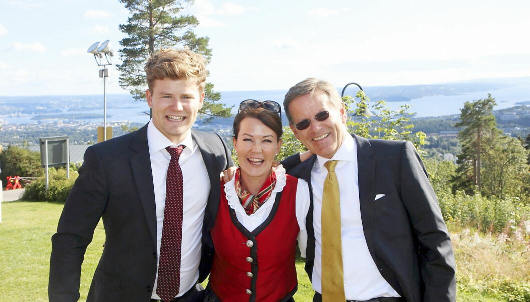 LEKEN FAMILIE: Nicolay takker foreldrene Solveig og Nicolay L. Ramm for mye støtte og rom for lek og humor i oppveksten. Foto: Privat