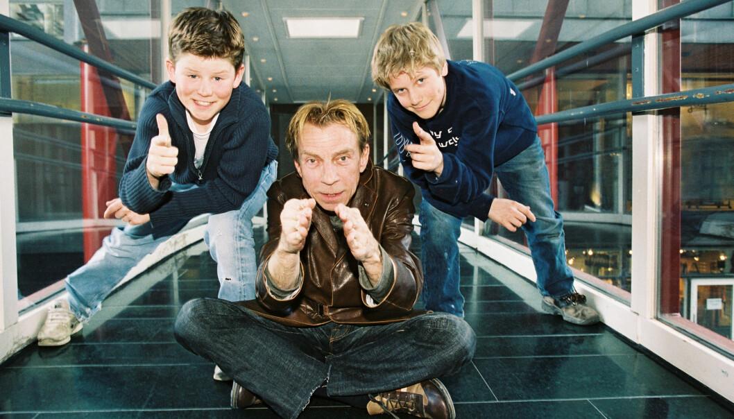 BARNESTJERNE: Nicolay og kompisen Christoffer B. Claussen vant «MGP Jr.» som To små karer i 2002. 13-åringene fikk møte Norges Grand Prix-konge, Jahn Teigen (68). Foto: Se og Hør