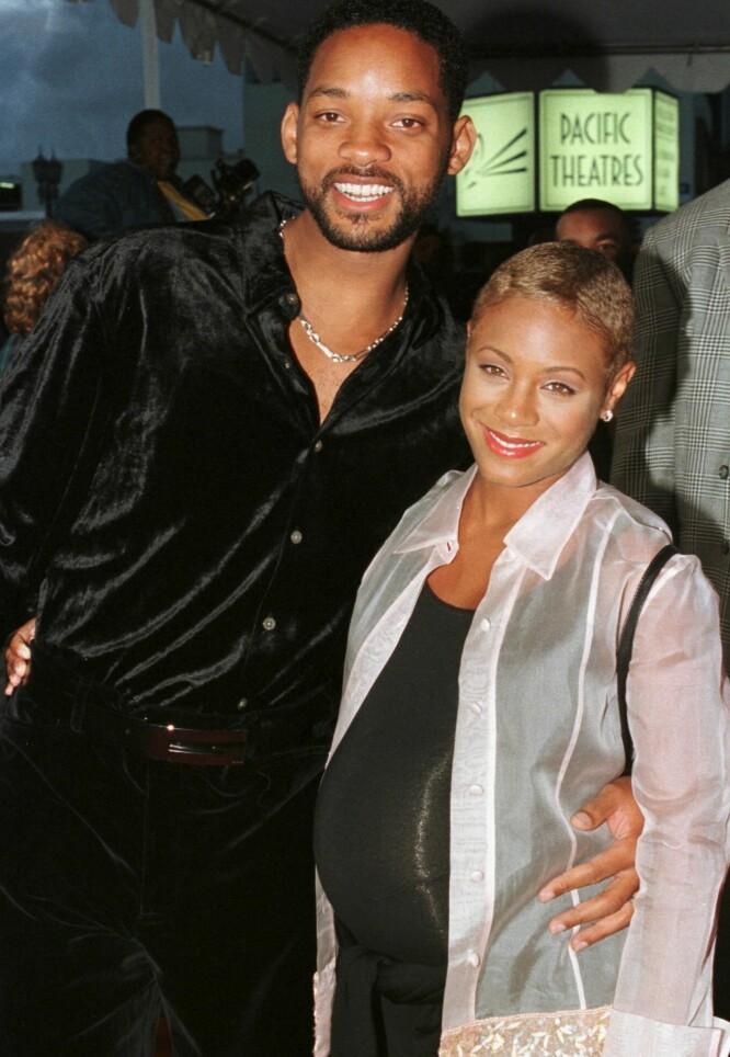 <strong>RASK OVERGANG:</strong> To år etter sin første skilsmisse, giftet Will Smith seg med Jada Pinkett. Året etter, i 1998, ble parets første barn, sønnen Jaden, født. Her er paret på filmpremiere et par måneder før fødselen. Foto: Reuters/ NTB scanpix