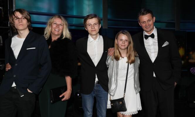 STOLTE: Thomas Numme fikk god støtte i salen fra kona Annette og barna Magnus, Edvard og Sofie. Foto: Andreas Fadum/Se og Hør