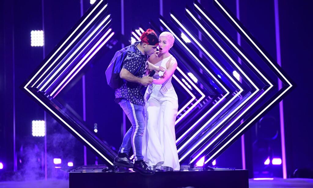 STORMET SCENEN: En mann med en T-skjorte med påskriften «Dr A.C.» stormet i kveld scenen under Eurovision-finalen i Lisboa. Foto: Stina Stjernkvist/TT / NTB scanpix