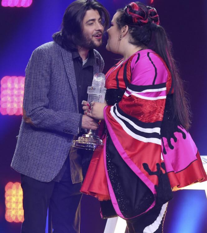 VINNERE: Fjorårets vinner Salvador Sobral overrekker Eurovision-trofeet til Netta. Foto: NTB Scanpix