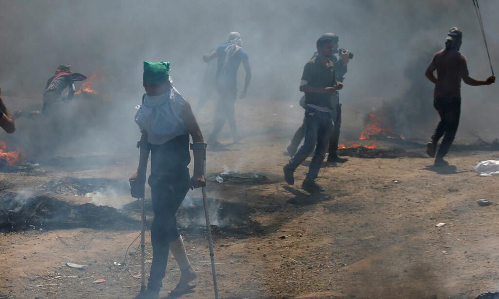 OPPTØYER: En rekke palestinere deltar i opptøyer på grensen mellom Gaza og Israel i dag. Foto: Mohammed Salem / Reuters / NTB Scanpix