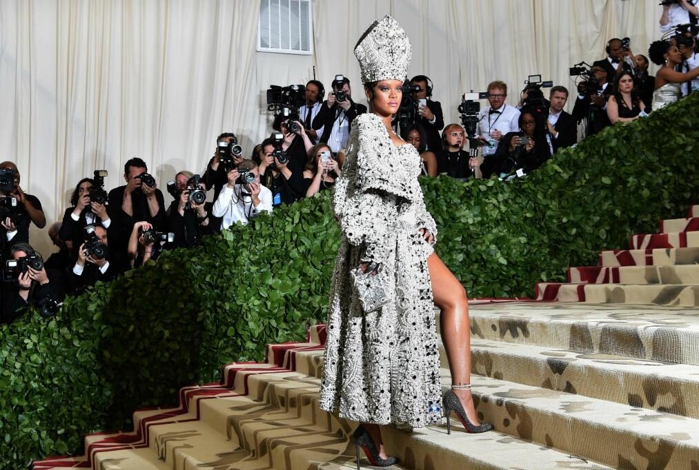 MET-GALLA: Rihannas pave-antrekk skapte massiv oppmerksomhet. Nå har hun laget antrekket hennes om en kake! FOTO: NTB Scanpix
