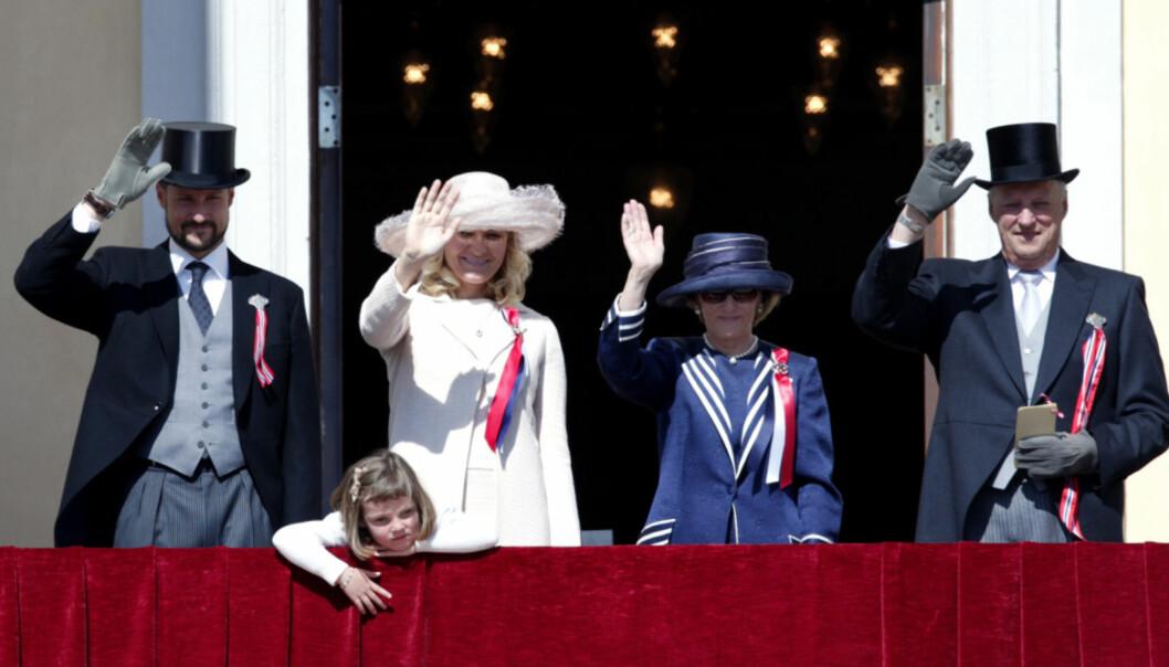 EN LANGDRYG AFFÆRE?: Dette bildet av kongefamilien er tatt på nasjonaldagen i 2009. Da var prinsesse Ingrid Alexandra fem år - og for en liten prinsesse kan de tre timene på slottsbalkongen bli en langdryg affære. FOTO: NTB scanpix