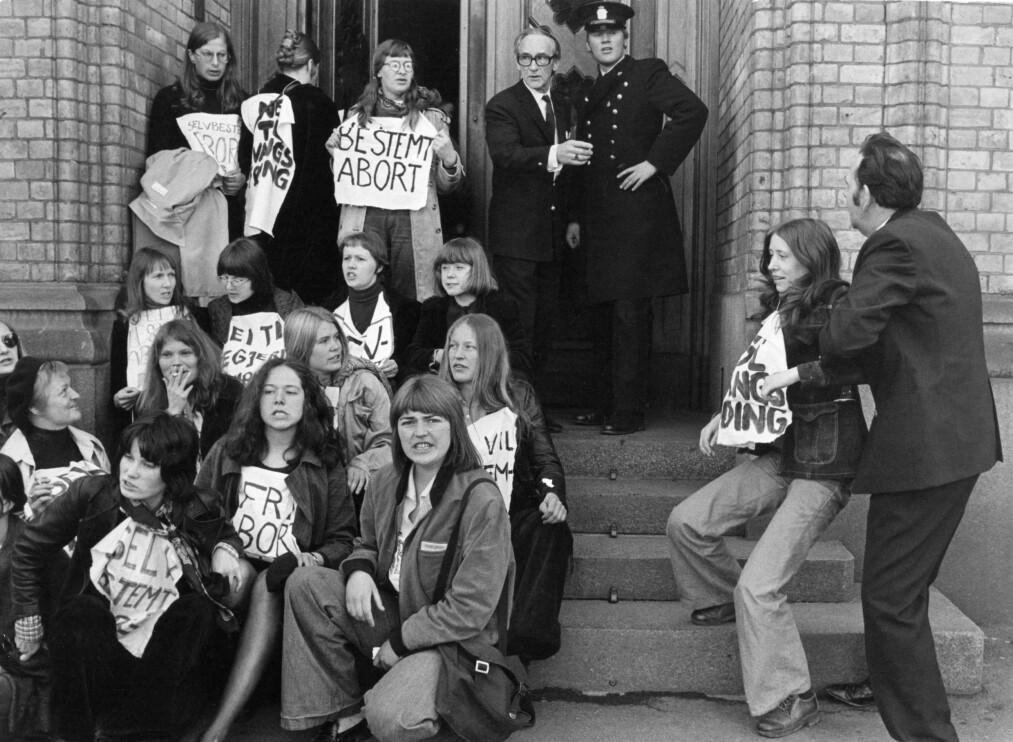 <strong>SELVBESTEMT ABORT:</strong> Demonstrasjon for fri abort utenfor Stortinget i Oslo i april 1975. Tre år senere ble loven innført i Norge. FOTO: NTB scanpix