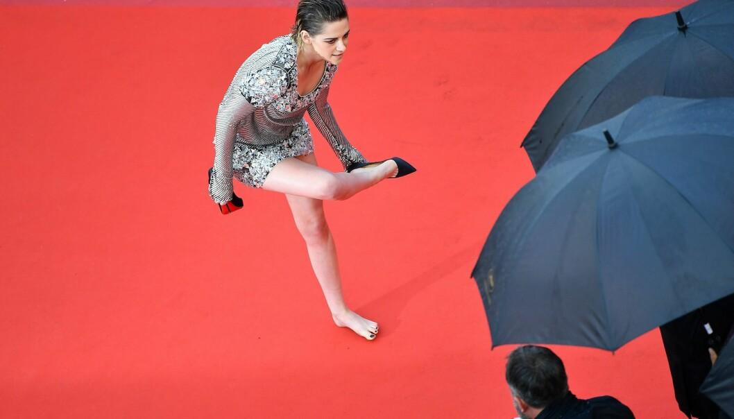 REBELSK: Kvinner som ikke ankommer Cannes-festivalen i høye hæler, risikerer å ikke komme inn. Skuespiller Kristen Stewart tok hælene av seg på løperen, som et statement. Foto: NTB scanpix