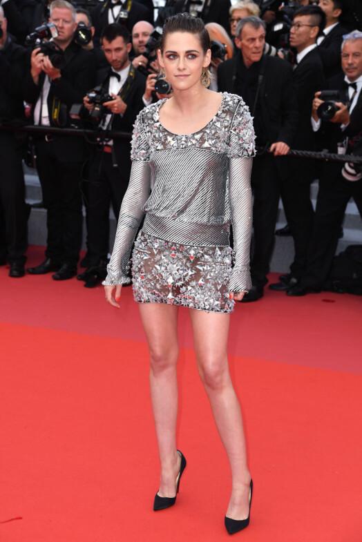 FØRST: Kristen Stewart tok seg tid til å posere med hele antrekket - mens de eksklusive skoene fortsatt var på. Det varte imidlertid ikke lenge. Foto: NTB scanpix