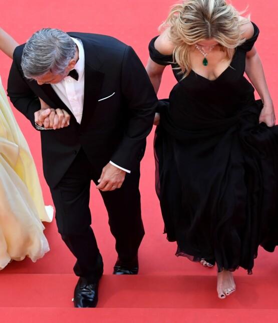 GIKK BARBEINT: Julia Roberts (t.h.) droppet skoene på vei opp trappene til «Money Monster»-premieren i Cannes i 2016.. Her med Amal og George Clooney. Foto: NTB scanpix
