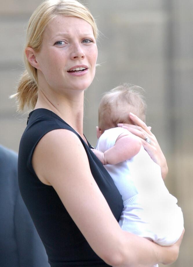 NESTEN NYFØDT: Gwyneth Paltrow avbildet med lille Apple i armene i Paris i starten av september 2004. Den gang var datteren knappe fire måneder gammel. Foto: AP/ NTB scanpix