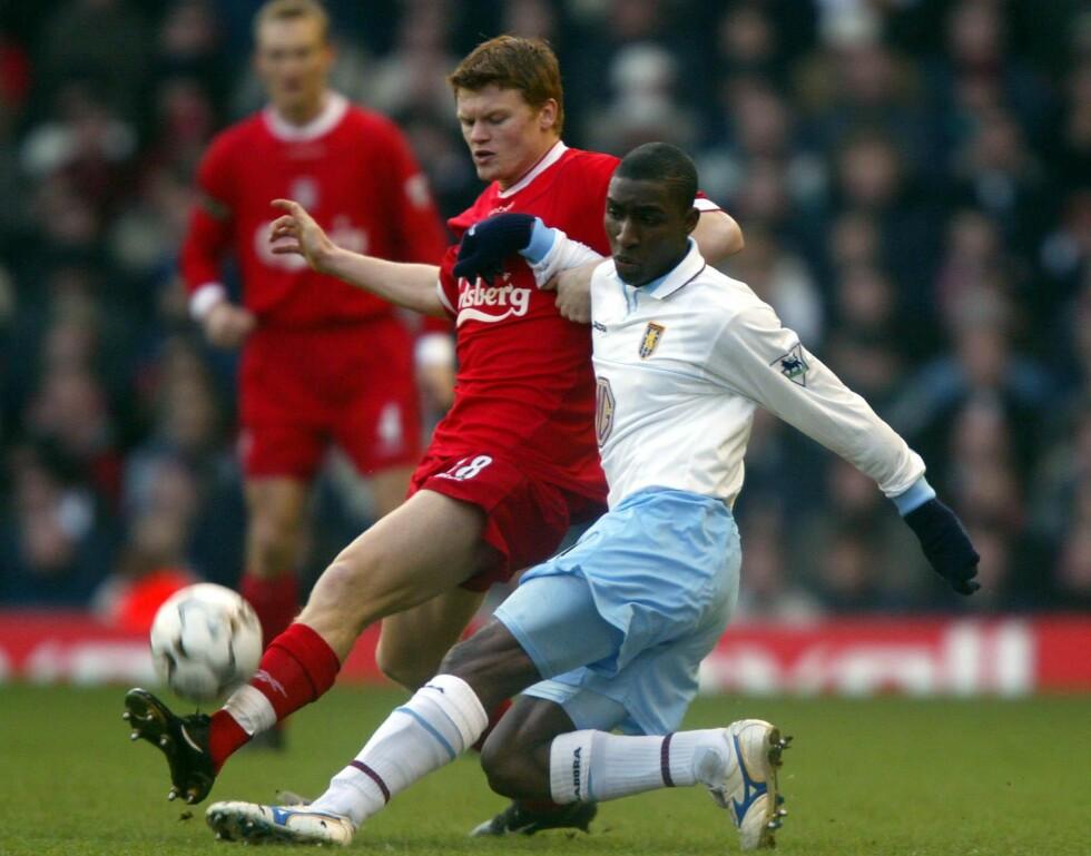 OMKOM: Daværende Aston Villa-spiller Jlloyd Samuel i duell med daværende Liverpool-spiller John Arne Riise. Samuel omkom i dag i en bilulykke. Foto: NTB Scanpix