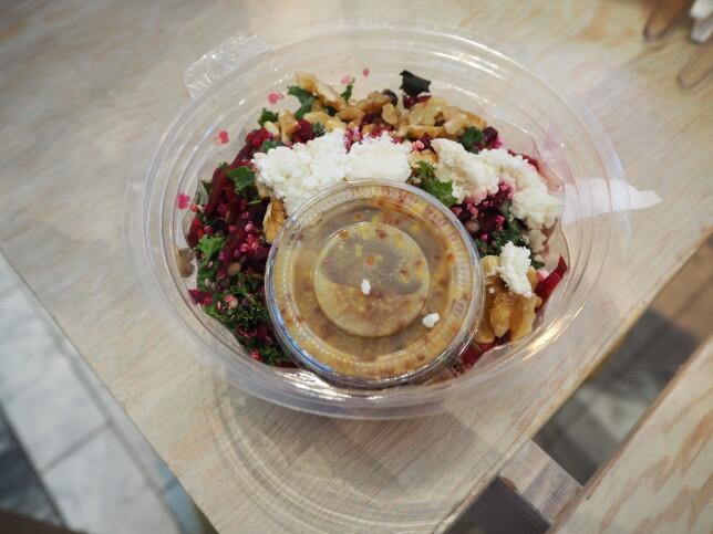 GODT BALANSERT: Sunn og god salat, med bare 300 kilokalorier for 350 gram mat. Pris: 139 kroner.