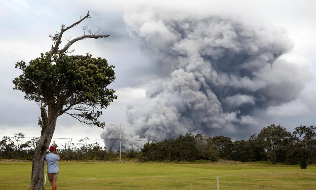 ASKESKY: Fra utbruddet i Kilauea-vulkanen i går. Foto: Terray Sylvester / Reuters / NTB Scanpix