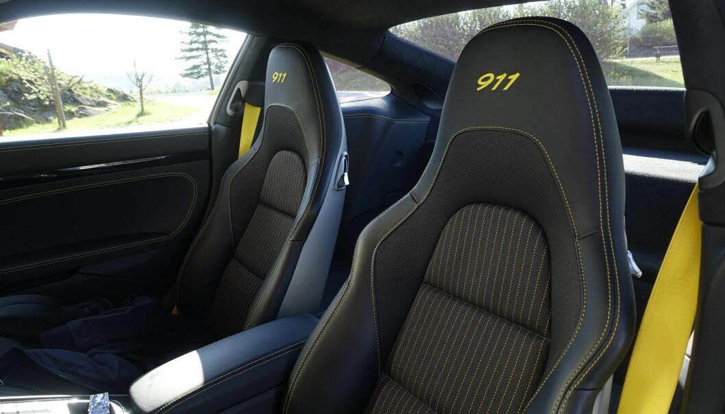 <strong>GODE STOLER:</strong> Jeg er en av få som liker stoffseter aller best. Disse fra Porsche er veldig gode. Foto: Rune M. Nesheim