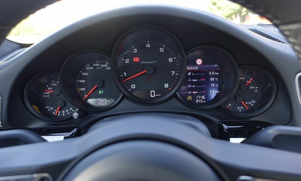 """KLASSISK: Porsche er """"stuck"""" med sine fem målere. Kun turtelleren er stor. Den digitale måleren har en rekke funkjoner, blant annet markedets minste kartvisning. Foto: Rune M. Nesheim"""