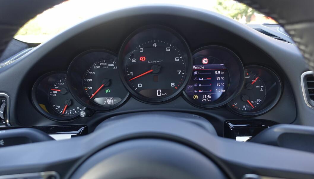"""<strong>KLASSISK:</strong> Porsche er """"stuck"""" med sine fem målere. Kun turtelleren er stor. Den digitale måleren har en rekke funkjoner, blant annet markedets minste kartvisning. Foto: Rune M. Nesheim"""