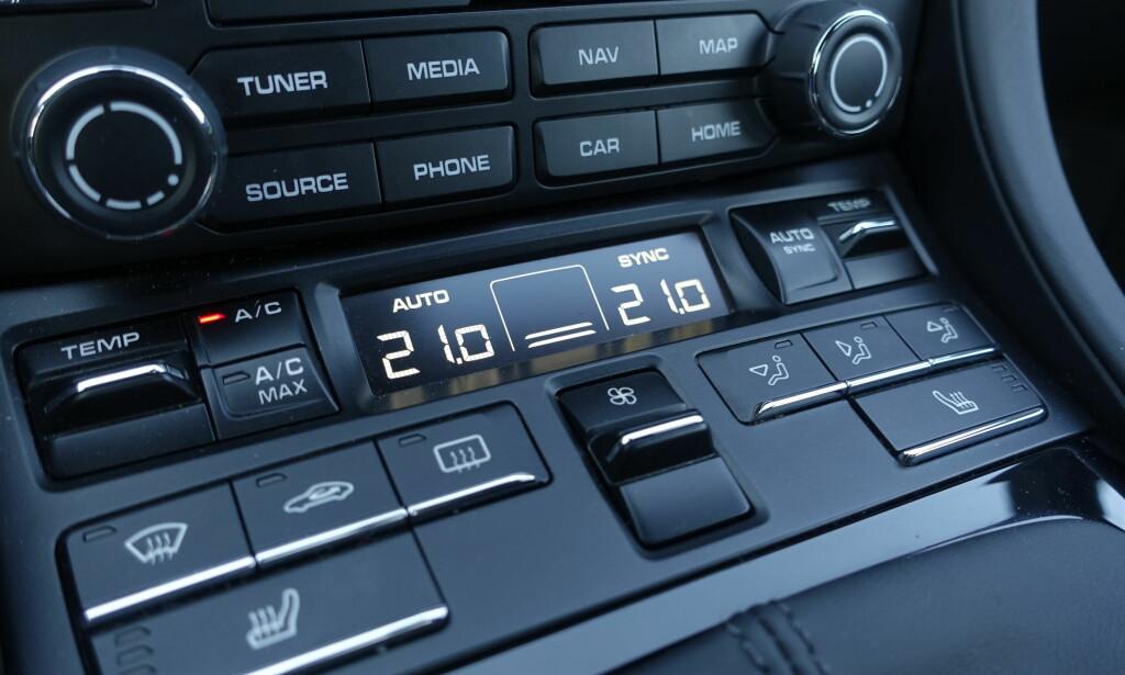 KNAPPETUNGT: Alle knapper er små og plassert på samme sted. De gir et klassisk men tillitsfullt klikk. Foto: Rune M. Nesheim