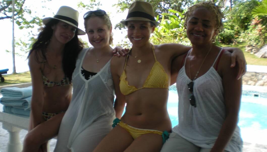 FAMILIE: Dette bildet, tatt på ferie på Jamaica i 2011, viser det tette båndet mellom Markle (nummer tre fra venstre) og Doria Ragland (t.h). Ninaki Priddy og Lindsay Roth er også avbildet. Foto: NTB scanpix