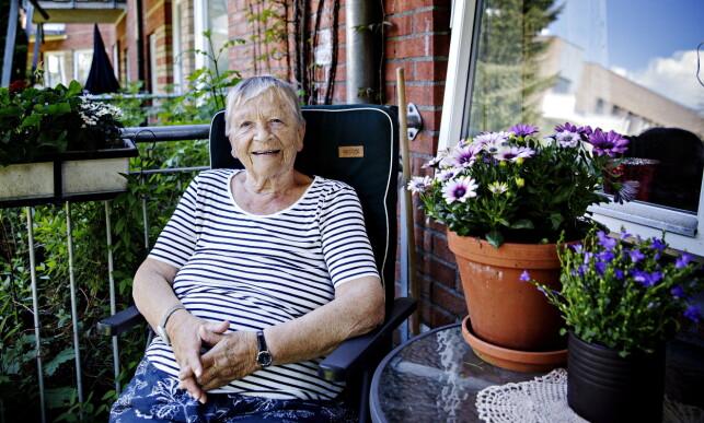 PÅ BALKONGEN: Britt Granly (82) skal feire 17. mai på Ensjøtunet i Oslo. Foto: Nina Hansen / Dagbladet
