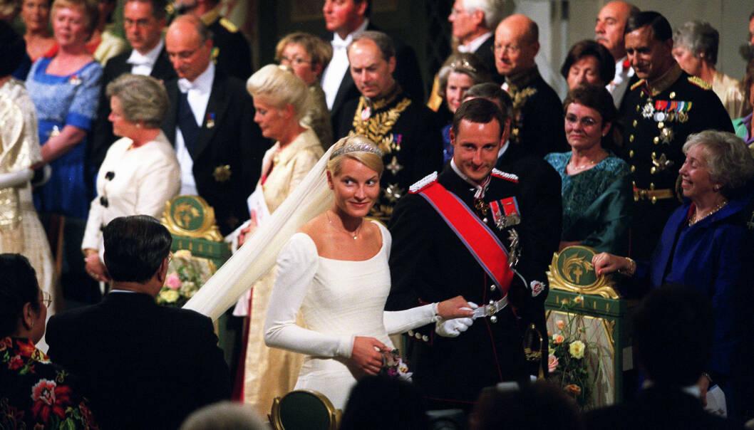 GIKK SAMMEN: Kronprins Haakon og kronprinsesse Mette-Marit gikk sammen opp kirkegulvet i Oslo Domkirke den 25. august 2001. Foto: Gorm Kallestad / NTB scanpix