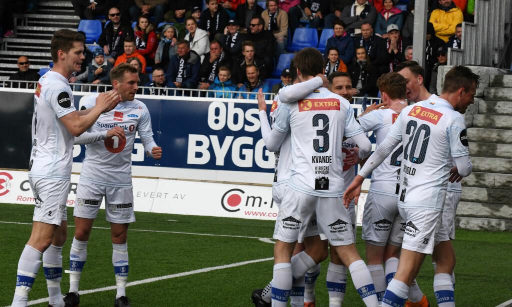 HERJET: Ranheims Erik Tønne blir gratulert etter 1-0 scoringen under eliteseriekampen i fotball mellom Kristiansund og Ranheim på Kristiansund stadion søndag 16. mai. Foto: Anders Tøsse / NTB scanpix