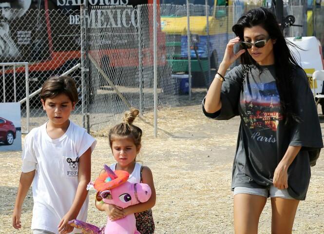 FAMILIE: Kourtney Kardashian sammen med sønnen Mason og datteren Penelope under Chili festivalen i Malibu i fjor. Foto: NTB Scanpix