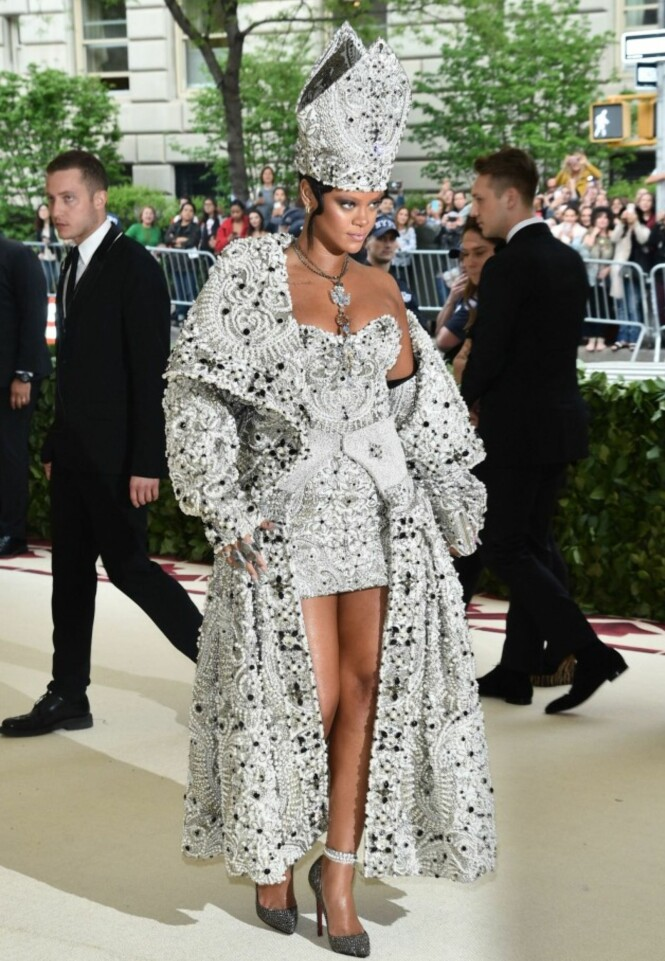 <strong>PAVEDRAKT:</strong> Rihanna var på MET-gallaen i New York da en mann brøt seg inn i hjemmet hennes. På gallaen stjal hun imidlertid showet iført en paveinspirert kjole, kåpe og hatt designet av Maison Margiela. Foto: NTB Scanpix