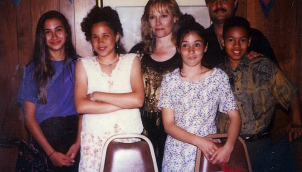 I 1993: I oppveksten fikk Meghan Markle (nr. to f.v.) utdannelsen sin ved privatskoler. Her er hun på skoleavslutning på privatskolen Hollywood Little Red School House i 1993, 12 år gammel. Foto: Splash News/ NTB scanpix