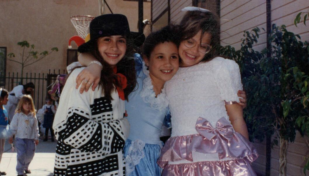 TALENTFULL: Allerede som barn likte Meghan Markle å opptre. Her avbildet i skolegården på Hollywood Little Red School House med venninnene Ninaki og Celine i 1993, den dagen de hadde talentshow på skolen. Foto: Splash News/ NTB scanpix