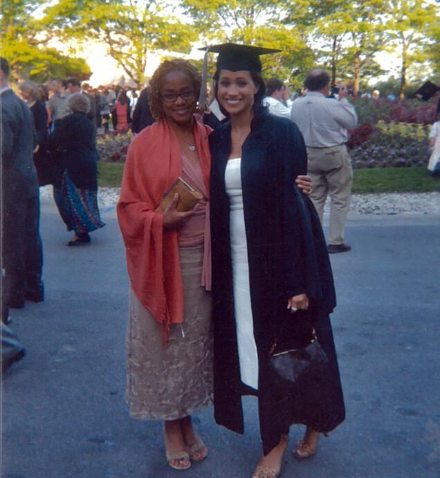 I 2003: Meghan Markle og mamma Doria avbildet sammen da Meghan gikk ut fra Northwestern University i Chicago. Der studerte hun blant annet teater og tok internasjonale studier. Foto: Splash News/ NTB scanpix