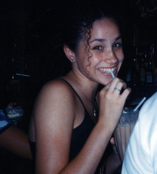 I 1996: Meghan Markle drikker milkshake i London som tenåring, under en ferietur til Europa sammen med bestevenninnen Ninaki Priddy og familien hennes. Foto: Splash News/ NTB scanpix