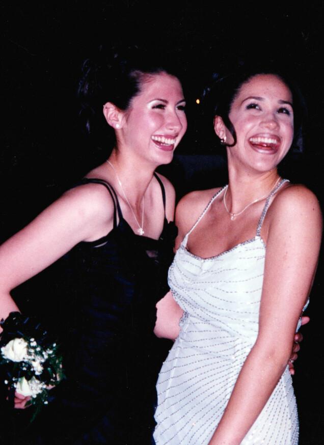I 1999: Meghan Markle og hennes daværende bestevenninne, Ninaki Priddy, på skoleball på den katolske pikeskolen Immaculate Heart High School i L.A., 17 år gammel. Foto: Splash News/ NTB scanpix