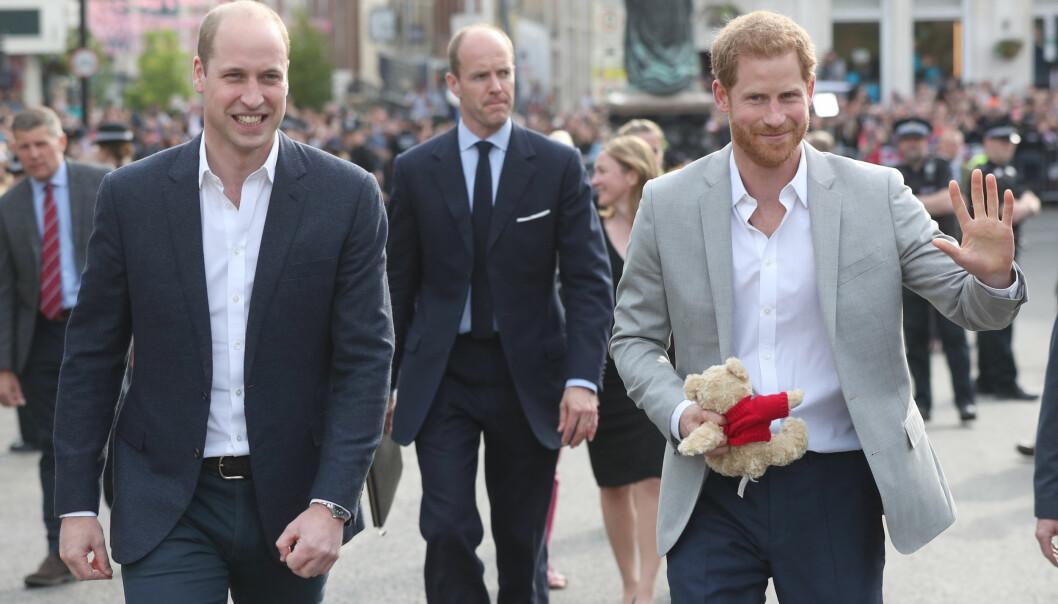HILSTE PÅ FOLKET: Fredag kveld tok også prins Harry, sammen med storebror og forlover prins William, seg en luftetur utenfor Windsor Castle, der de hilste på de mange som har møtt opp i forkant av bryllupet. Foto: NTB scanpix