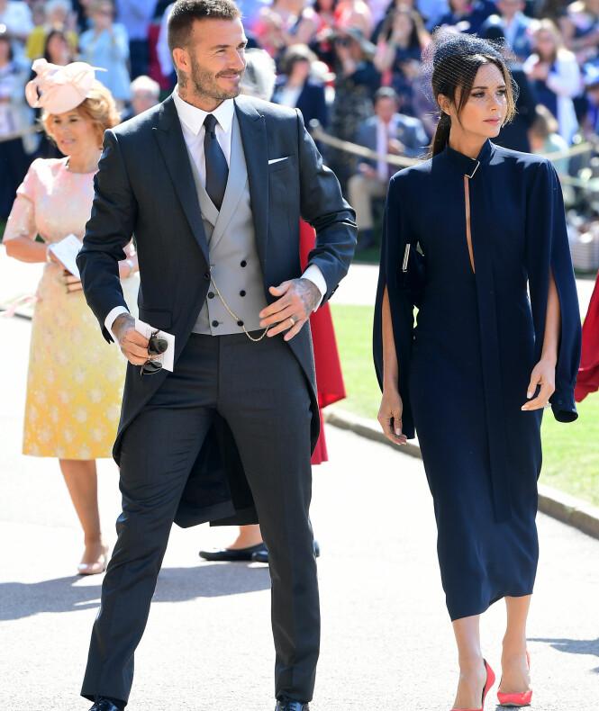 <strong>I MARINEBLÅTT:</strong> David og Victoria Beckham ankom sammen - uten hver sin OBE-medalje på jakkeslaget. Foto: NTB scanpix