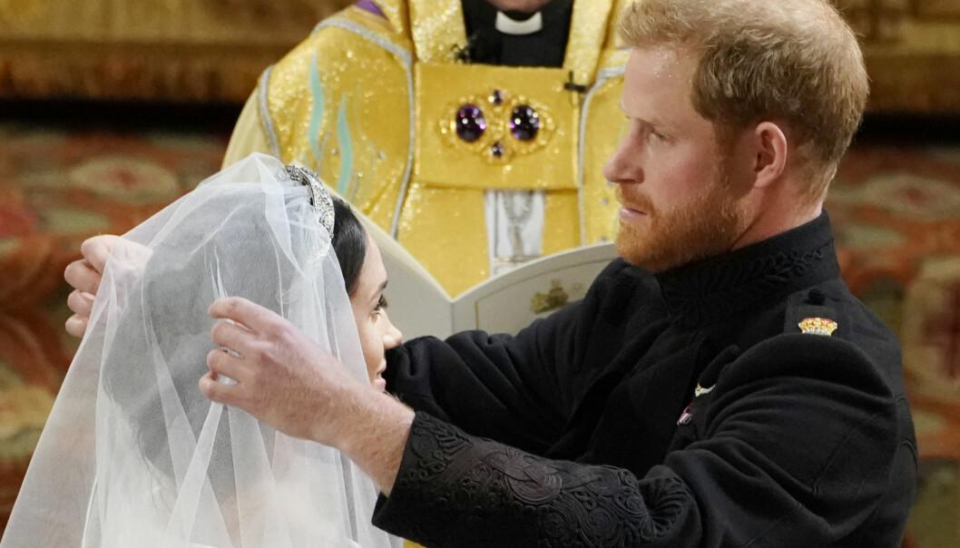 <strong>FIKK SE BRUDEN:</strong> Prins Harry fjernet sløret til Meghan Markle inne i St, George's kapell. Foto: NTB scanpix