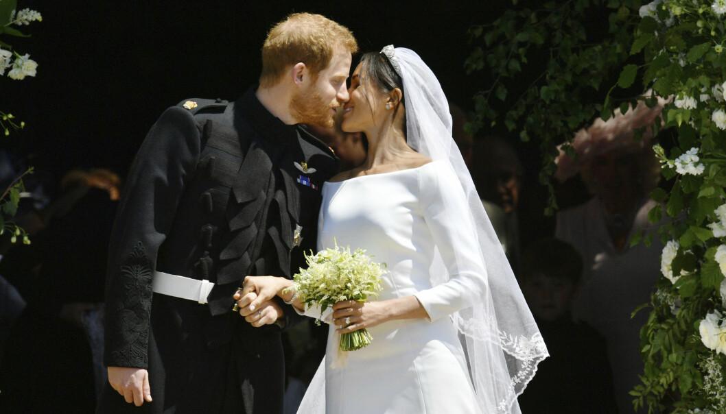 <strong>KYSS PÅ TRAPPA:</strong> Som helt «vanlige» brudepar serverte prins Harry og Meghan Markle de oppmøtte et kyss på trappene utenfor kapellet. Foto: NTB scanpix